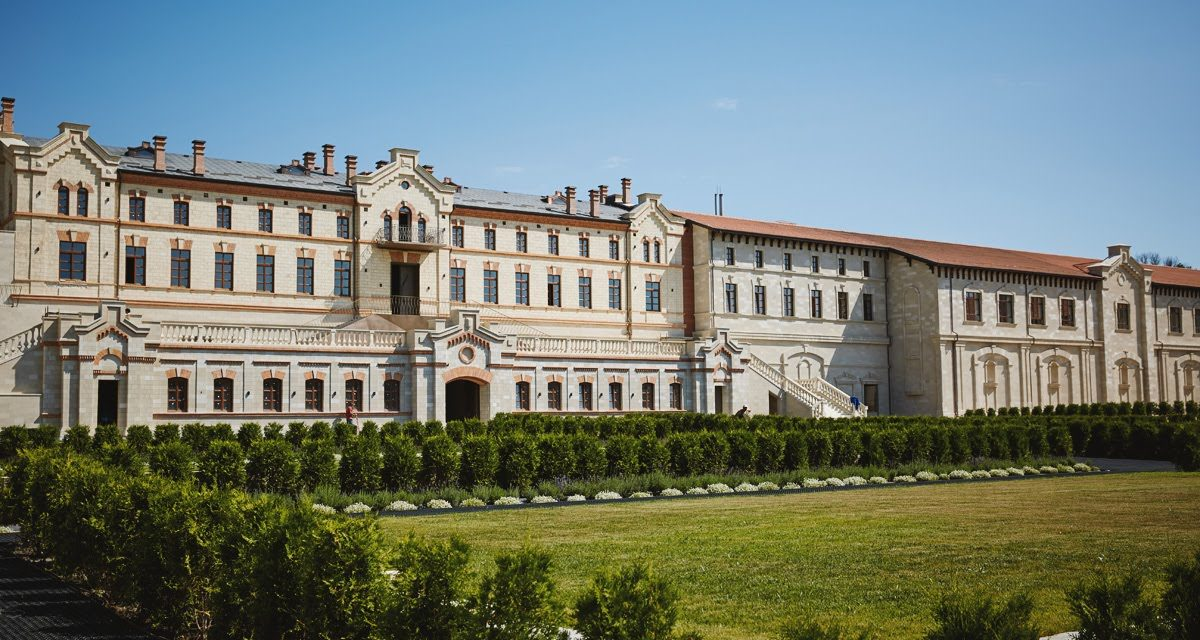 https://voyages-moldavie.com/wp-content/uploads/2019/06/castelmi-1200x640.jpg