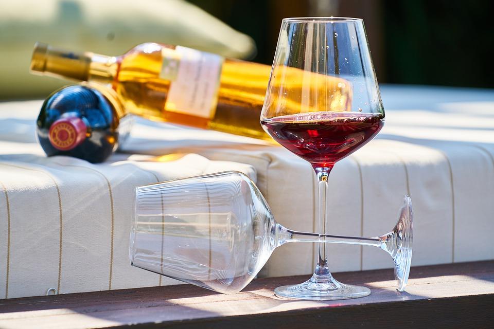 https://voyages-moldavie.com/wp-content/uploads/2020/07/wine-4789453_960_720.jpg